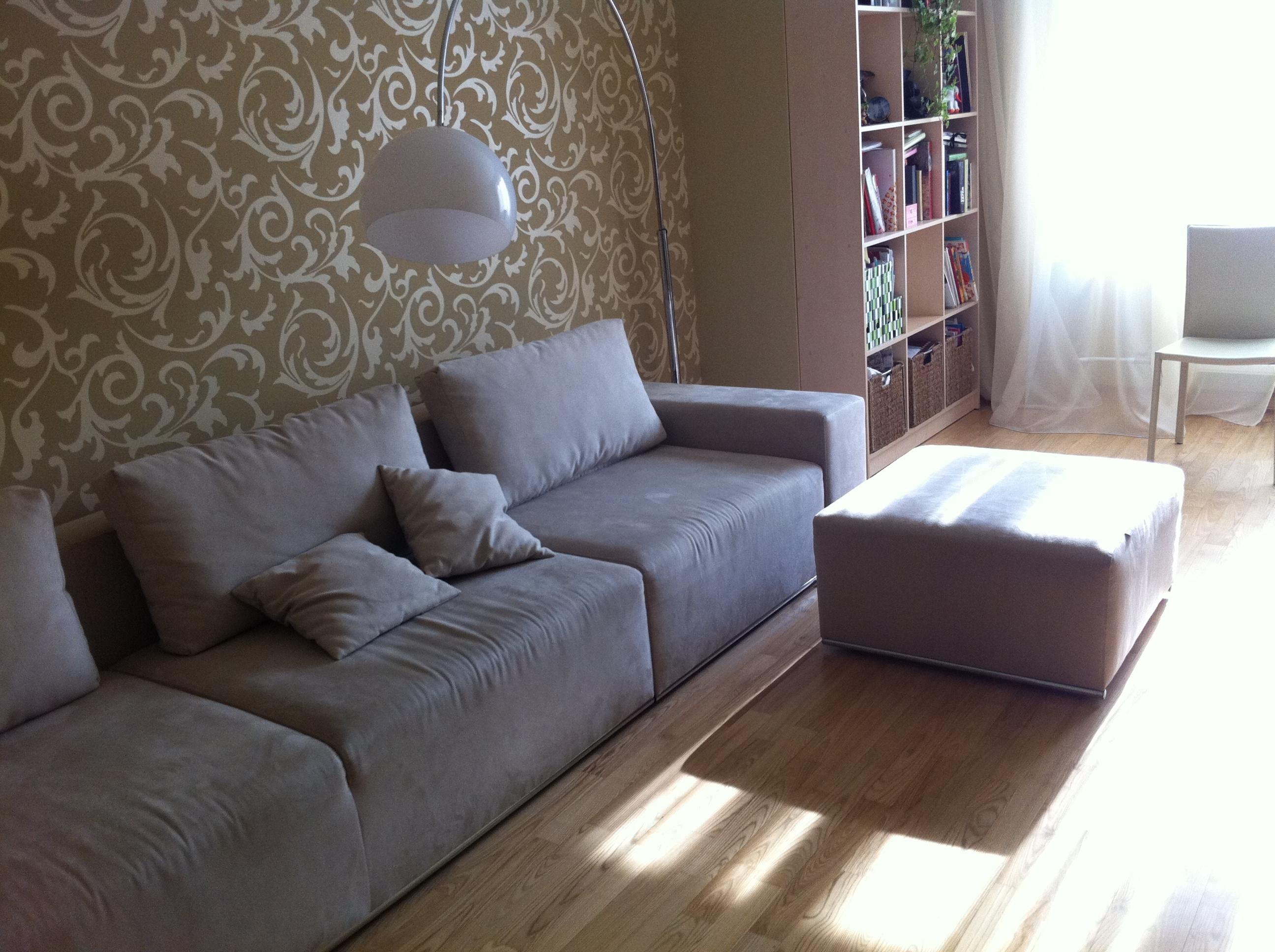 Тканевый диван в гостиной