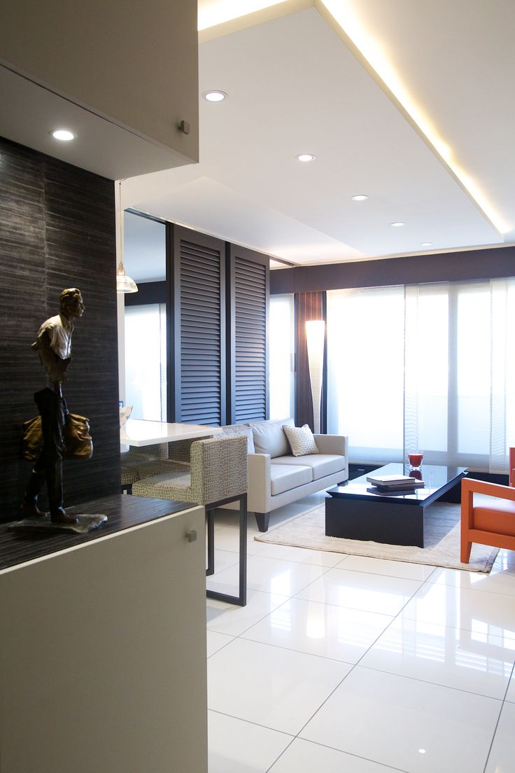 Потолок со светодиодной подсветкой в гостиной