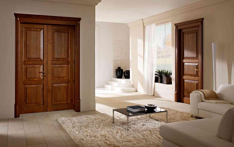 Дверь из массива дерева в гостиной