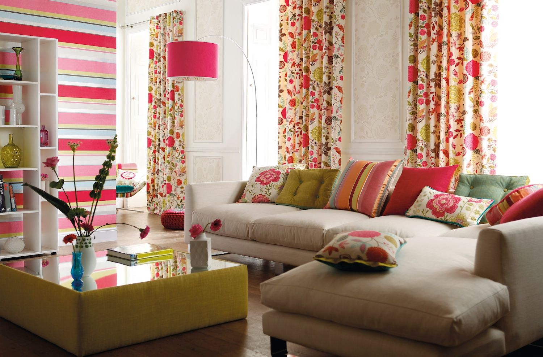 Шторы с цветами в гостиной
