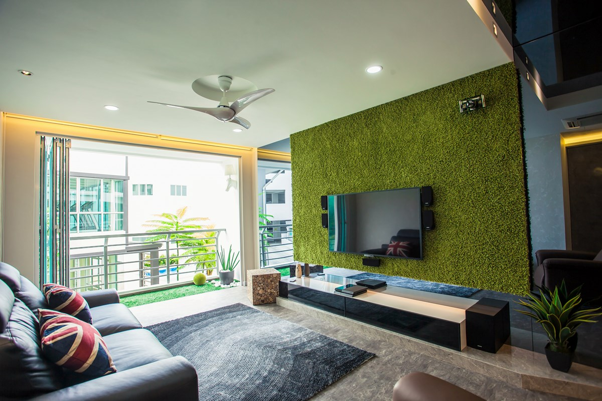 Трава на стене гостиной