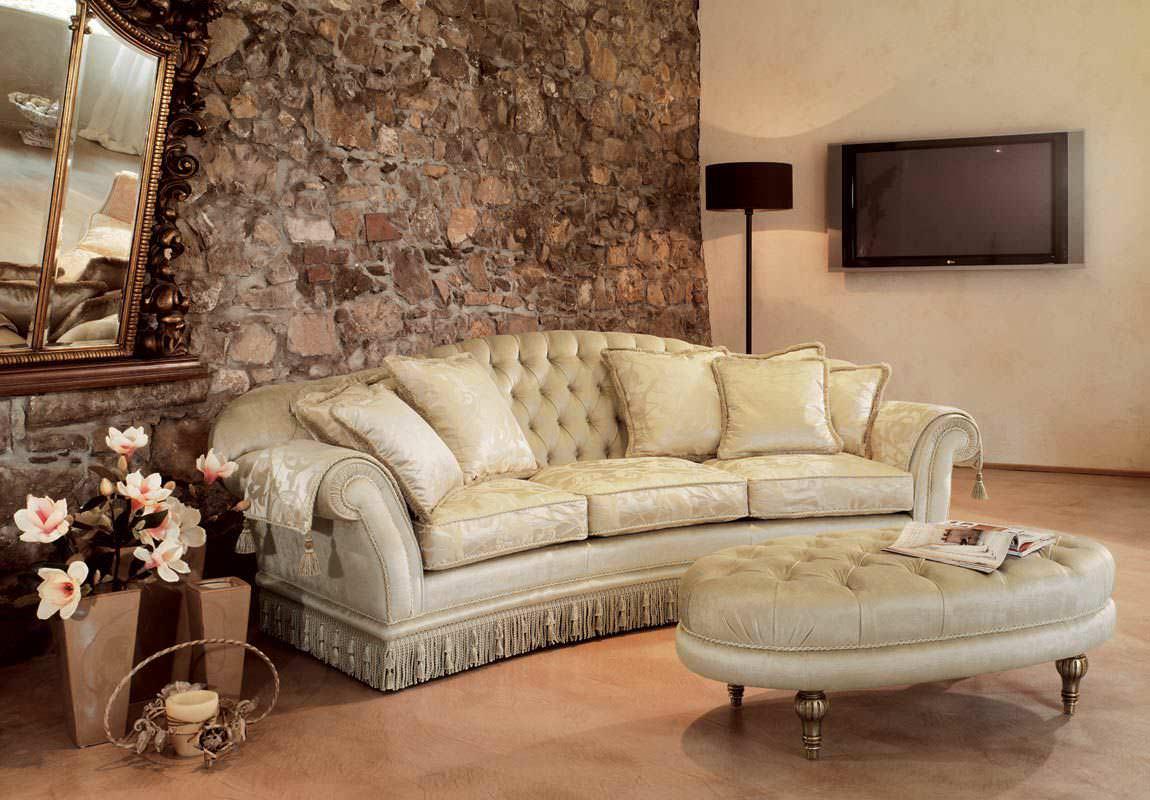 Диван в классическом стиле в интерьере гостиной