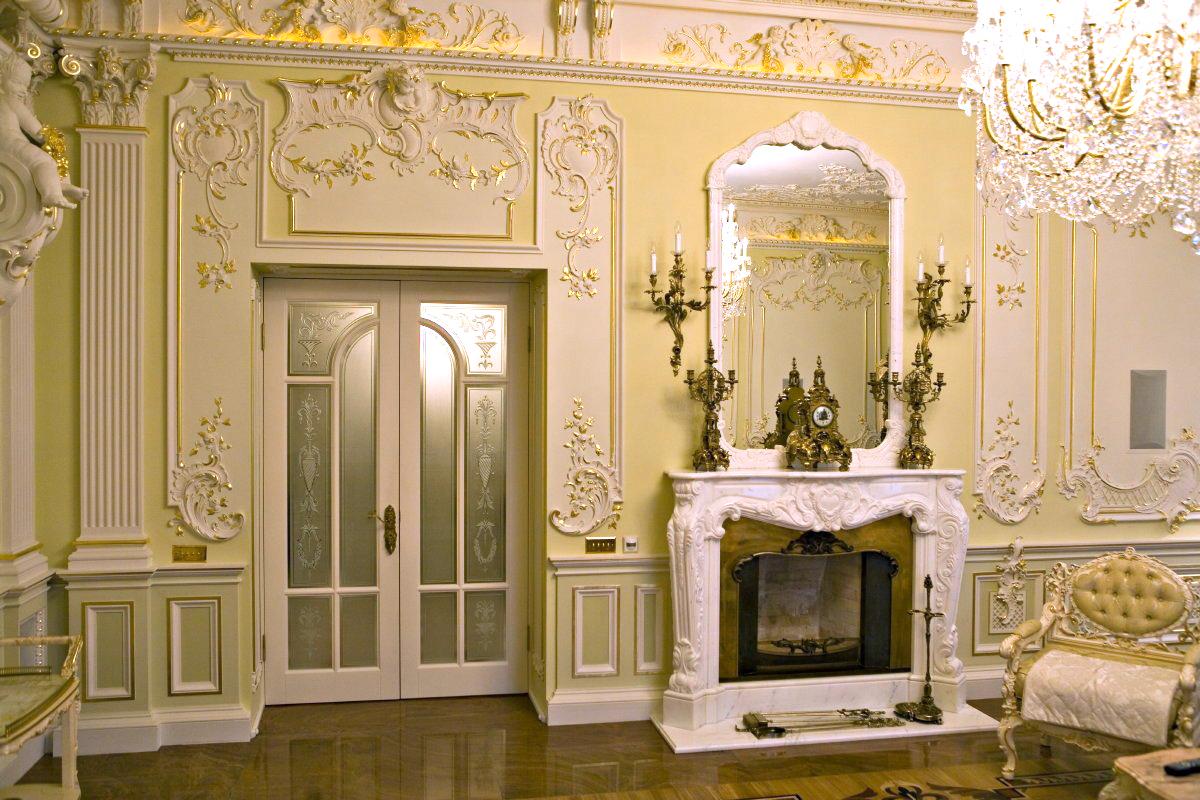 Лепной декор в гостиной