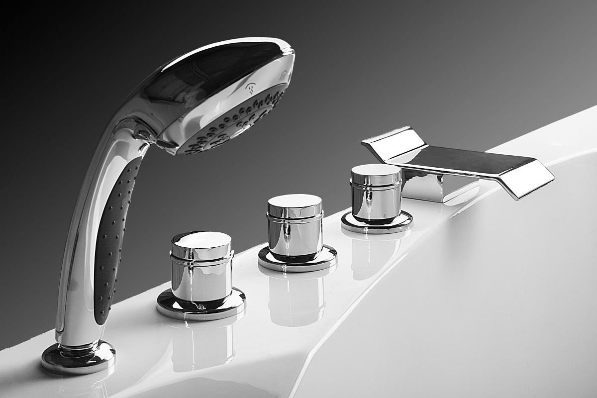Хромированный смеситель на борт ванны