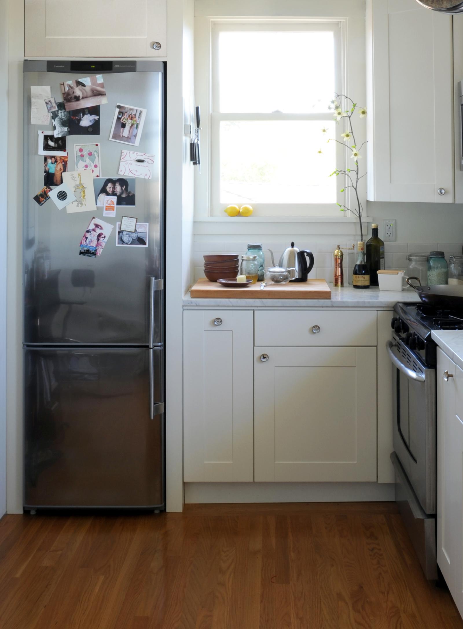Холодильник под окном в хрущевке