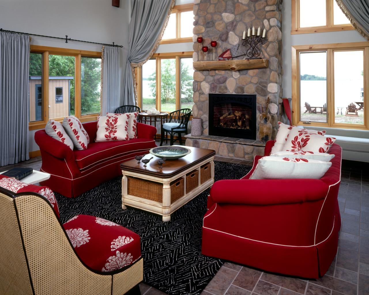Красный диван в интерьере загородного дома