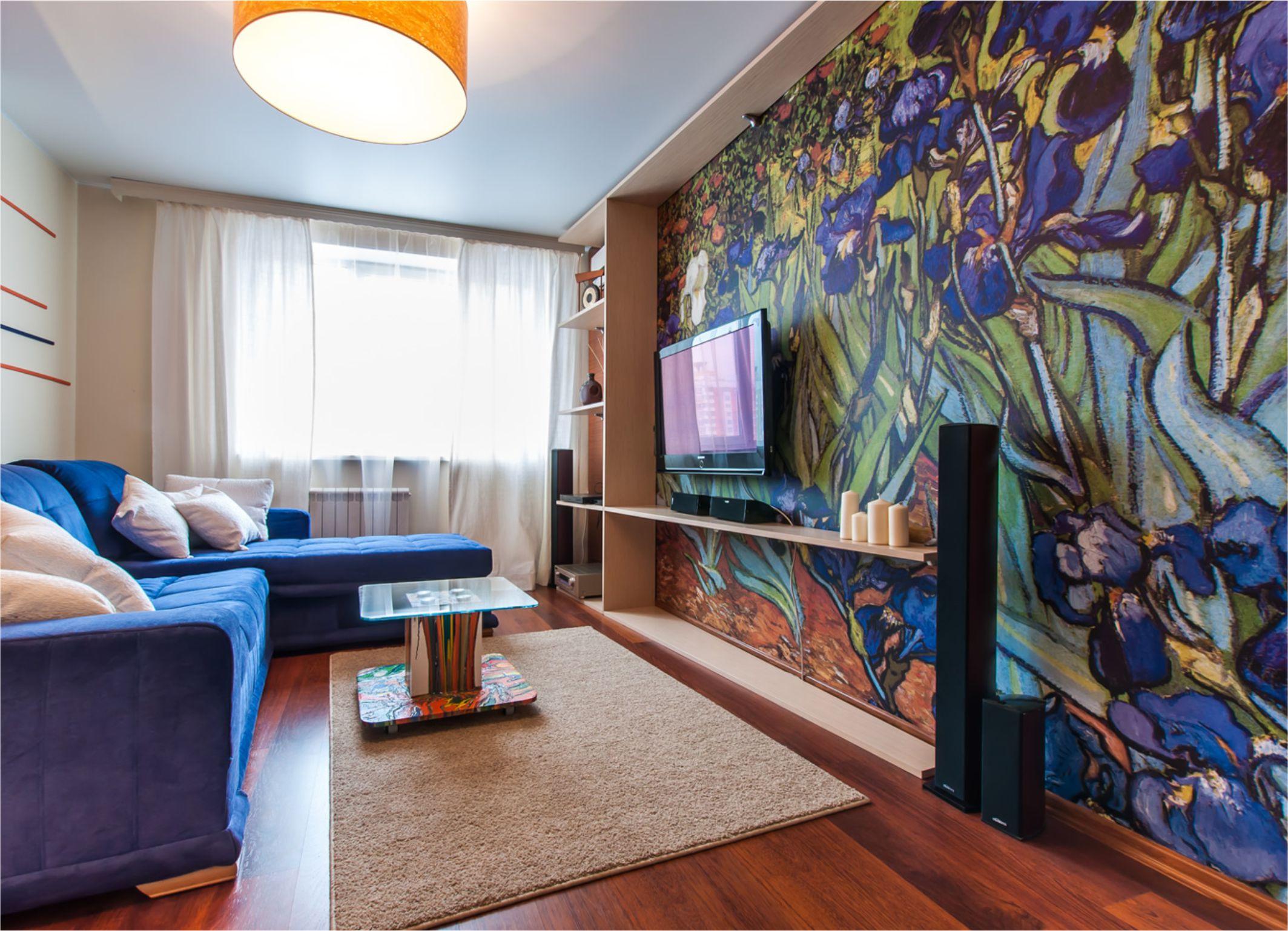 Обои с изображением ирис Ван Гога в интерьере гостиной