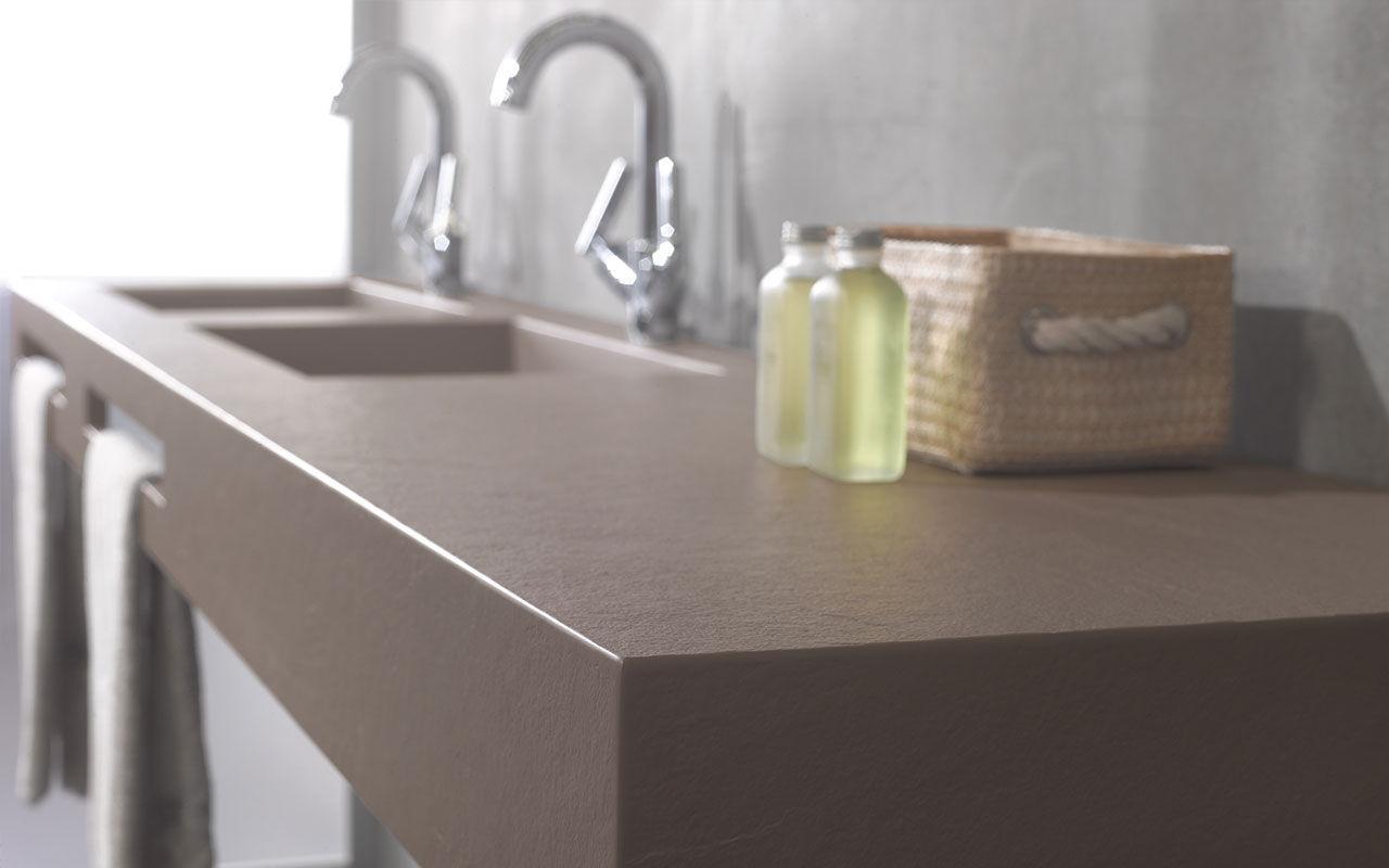 Двойная раковина из искусственного камня в ванной