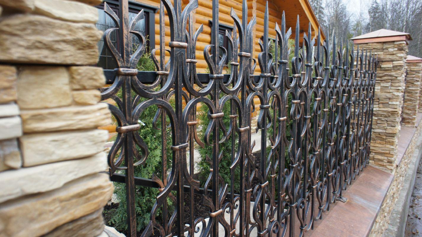 Забор с искусственным камнем