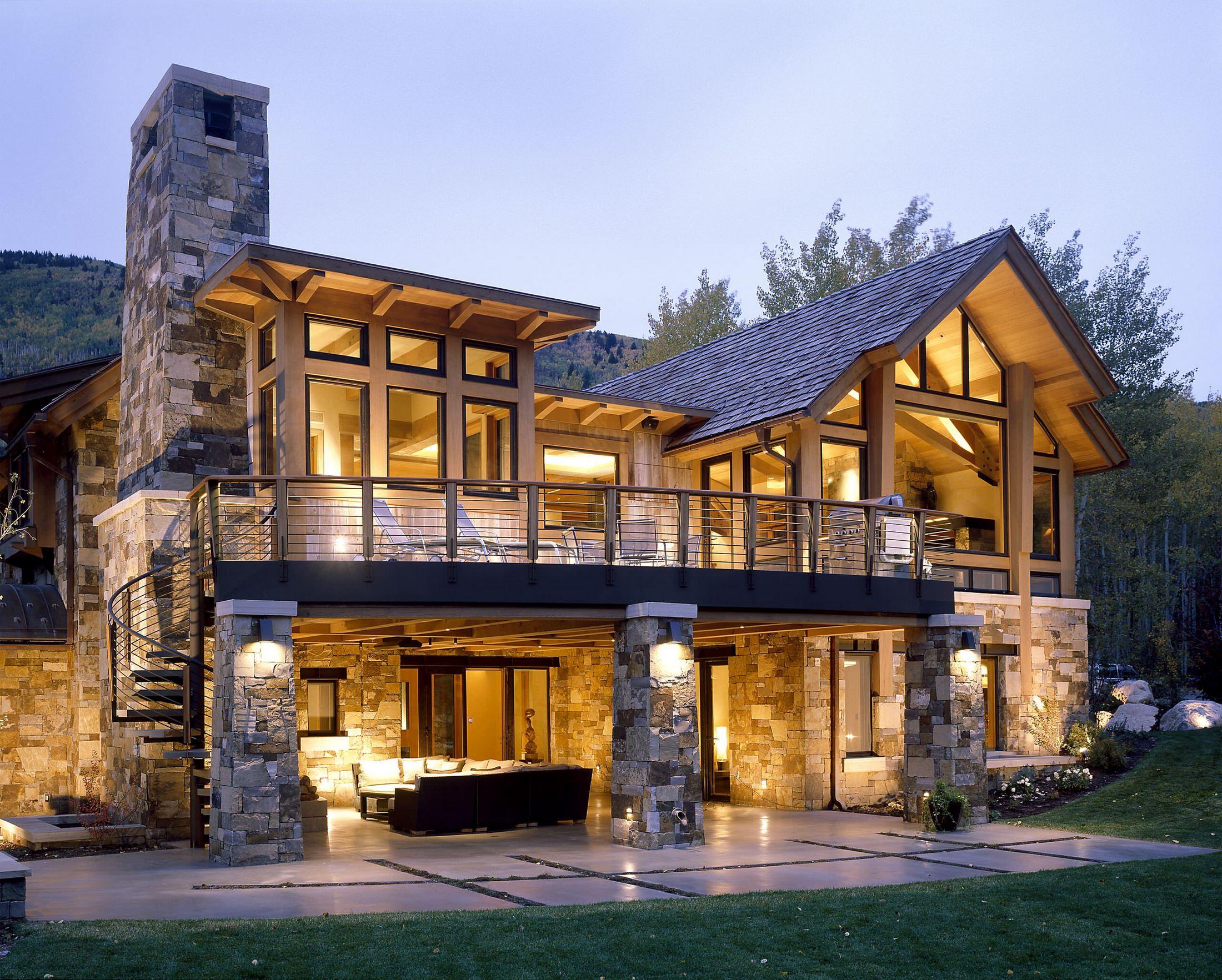 Декор фасада частного дома искусственным камнем