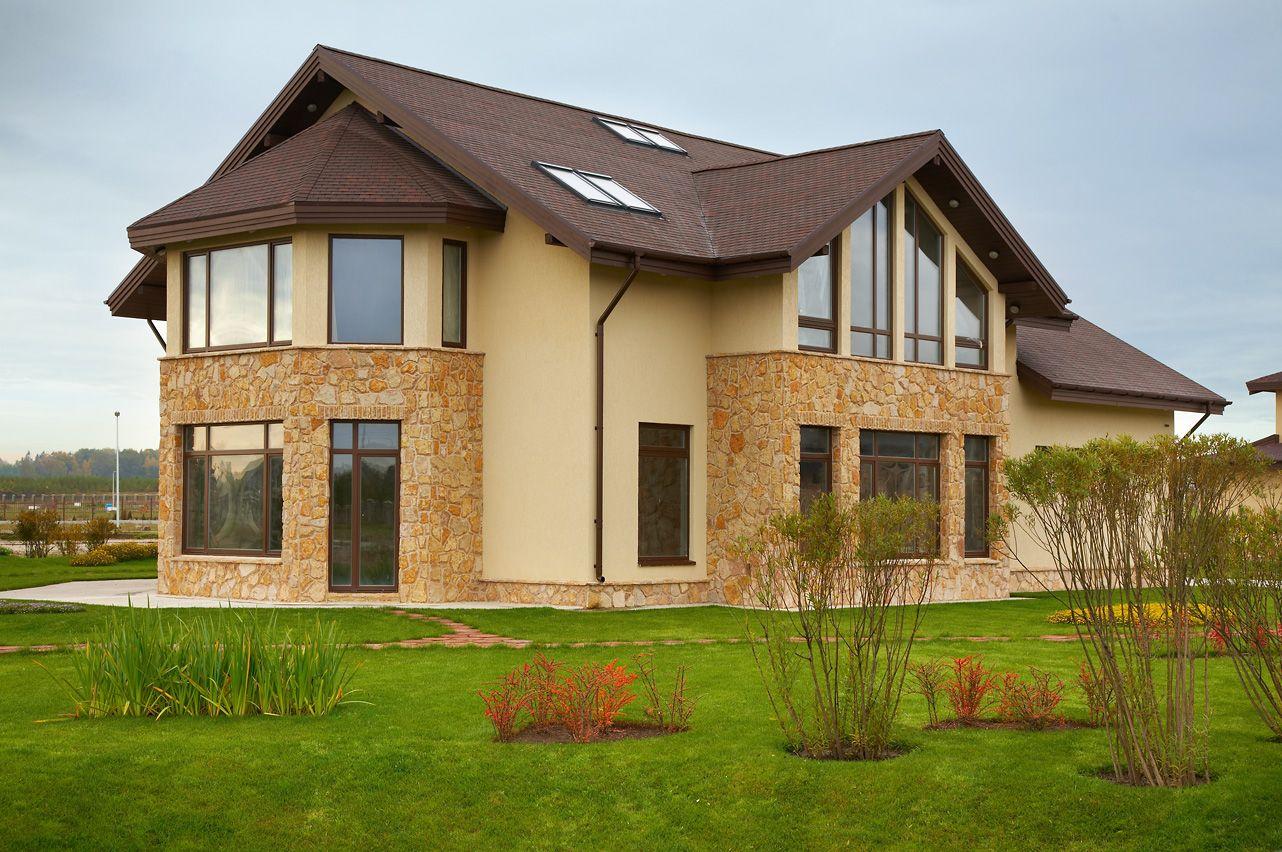 Декор фасада загородного дома камнем