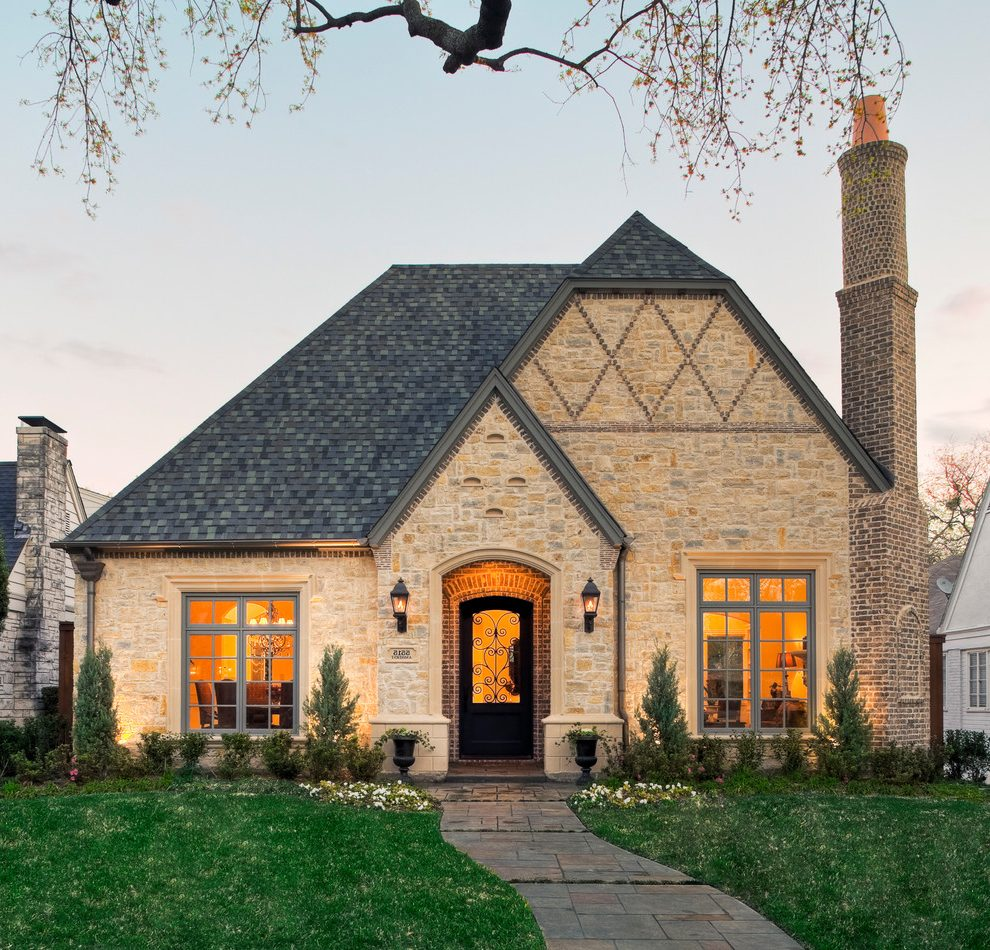 Каменный дом с вальмовой крышей