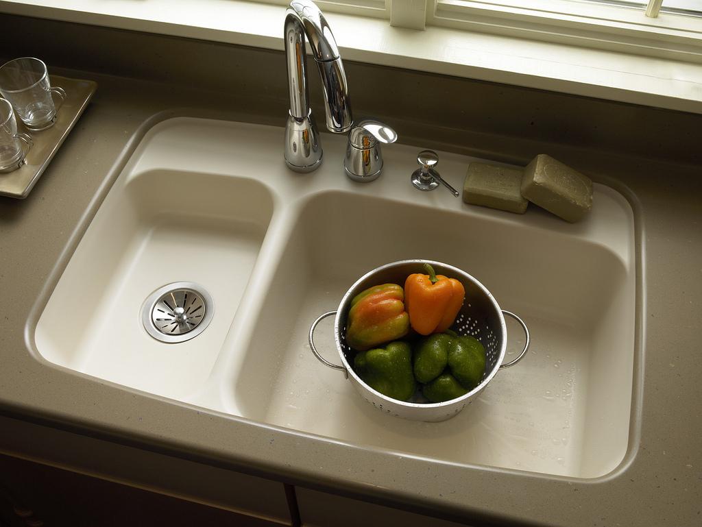 Двойная раковина из натурального камня на кухне