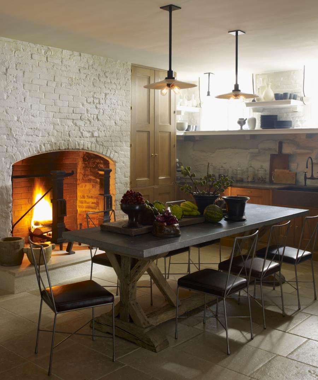 Кухня-гостиная с камином в стиле кантри