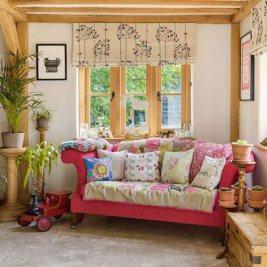 Розовый диван в стиле кантри