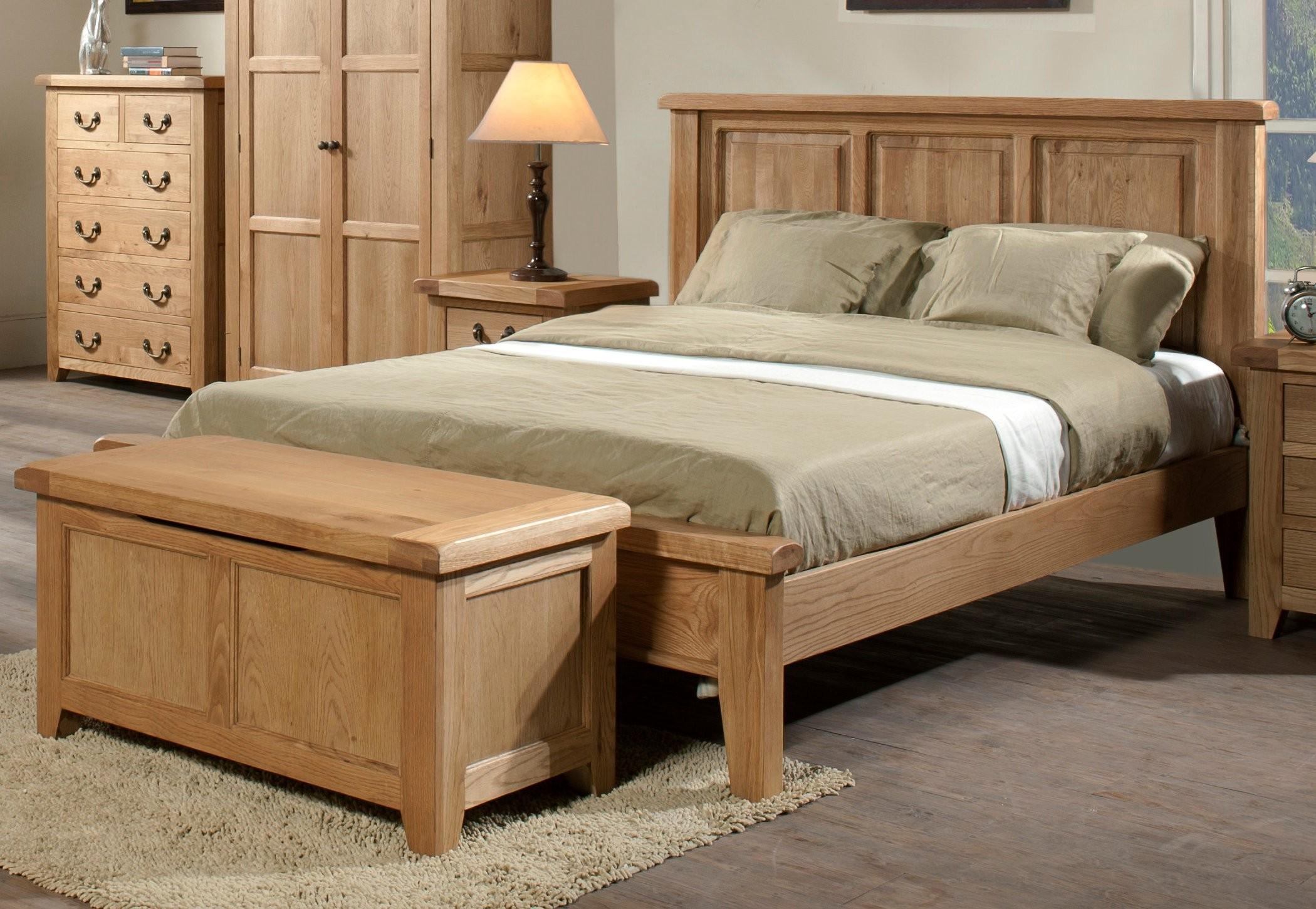 Кровать из дерева в стиле кантри