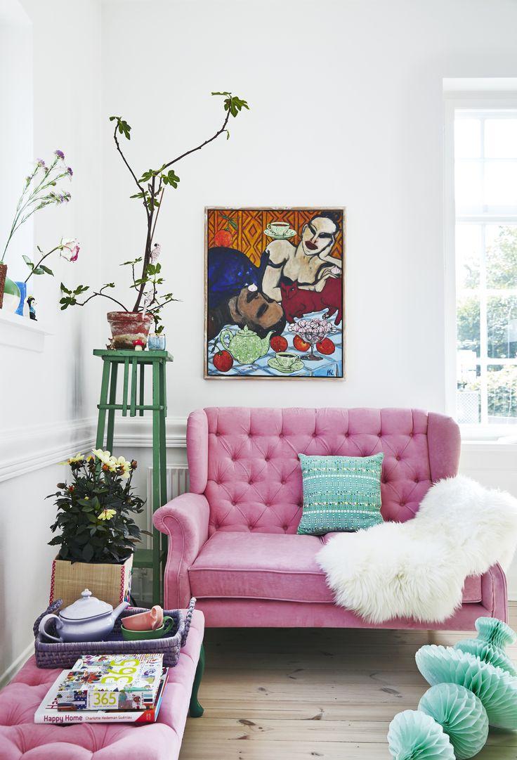 Розовый диван с каретной обивкой