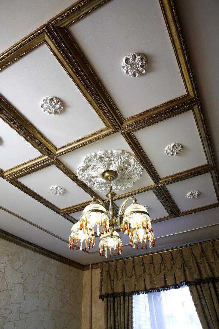 Декор из пенопласта на кессонном потолке