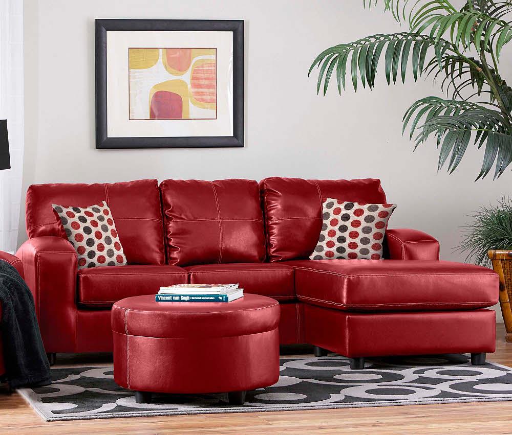 Красно-кирпичный диван в интерьере квартиры