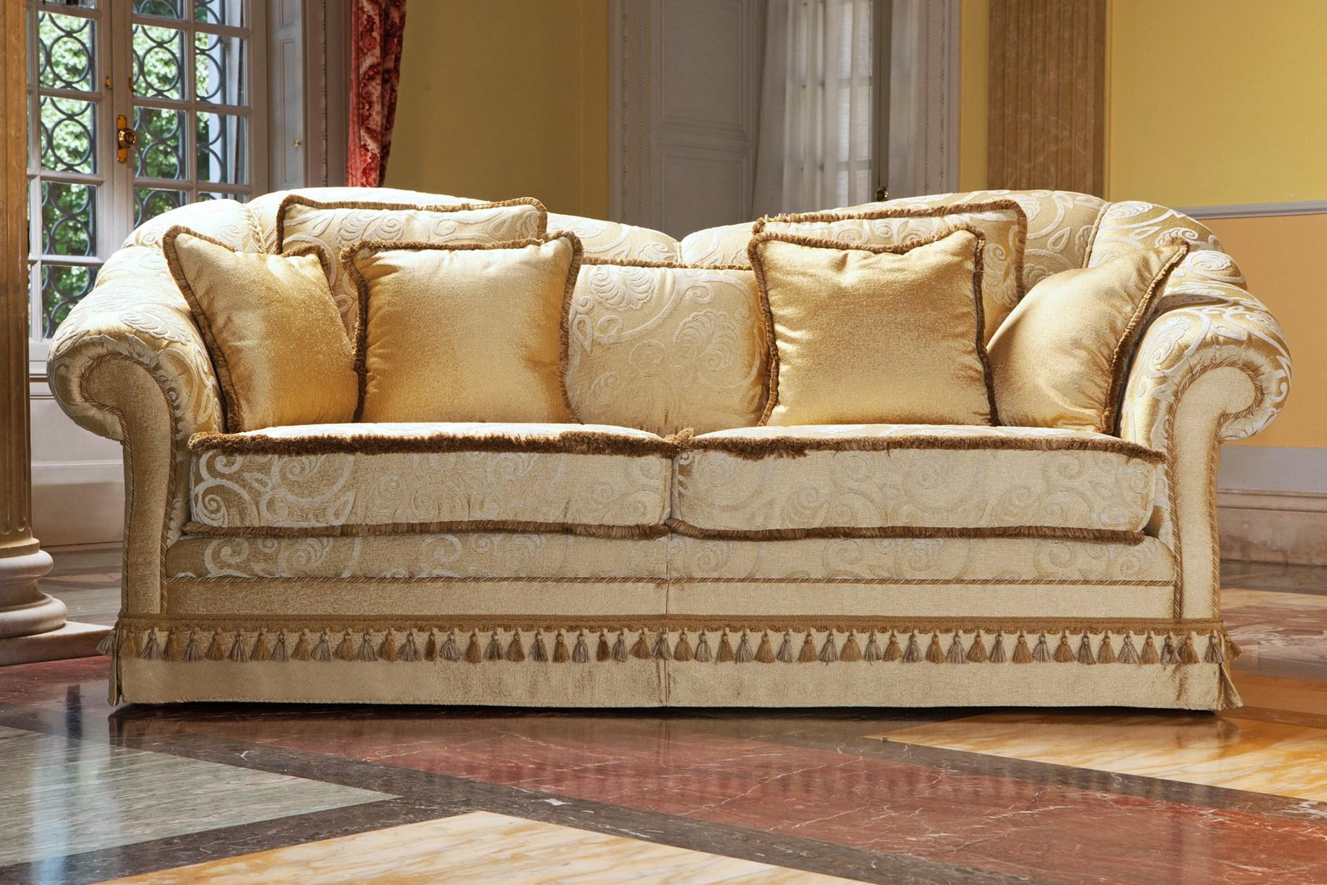 Классический диван с кисточками и бахромой