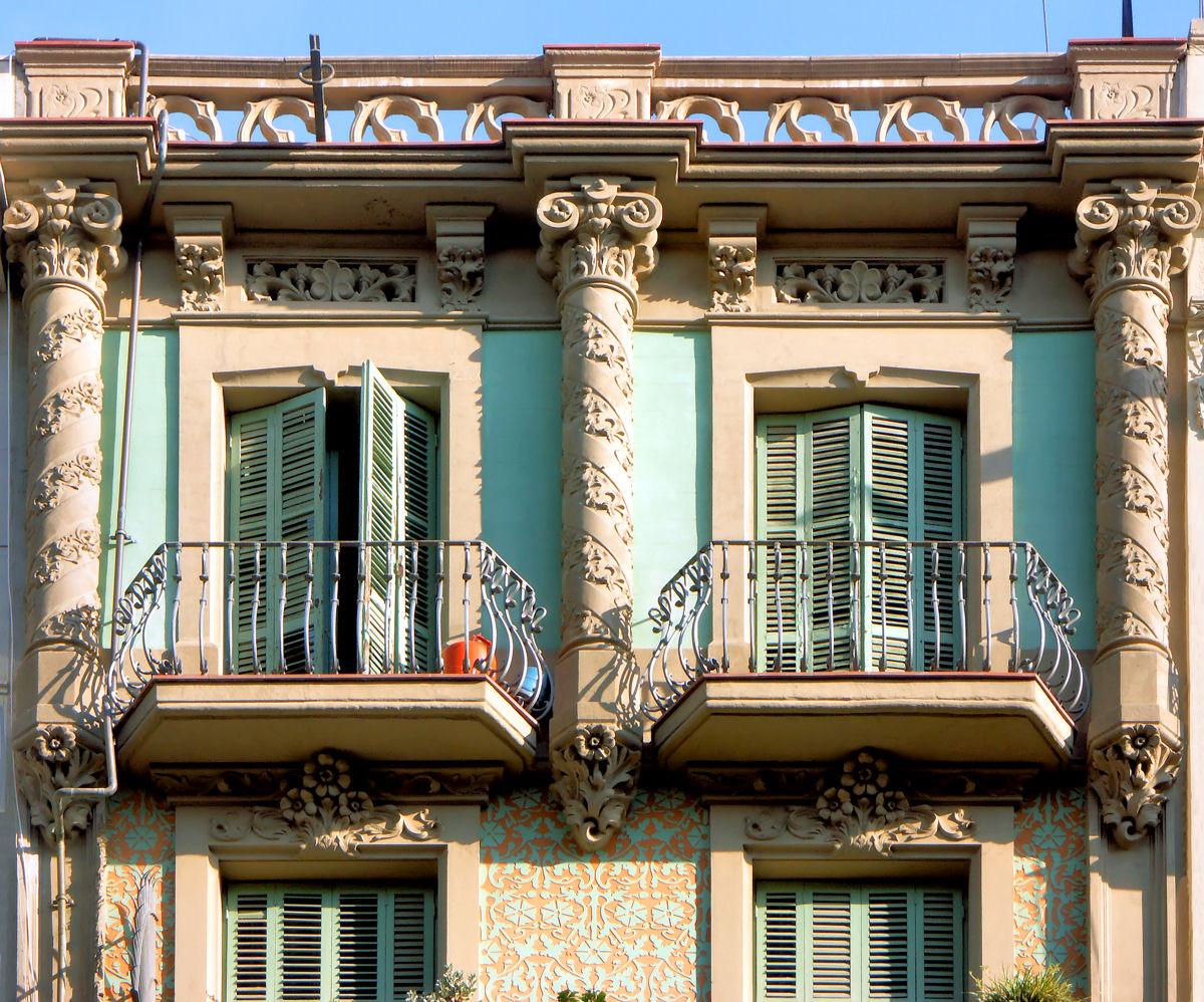 Резные колонны на фасаде дома