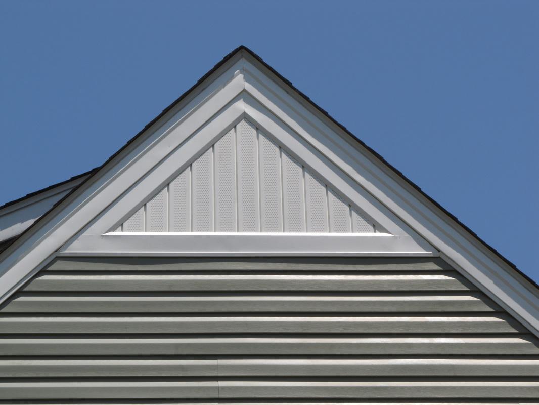 Комбинированная обшивка фронтона дома