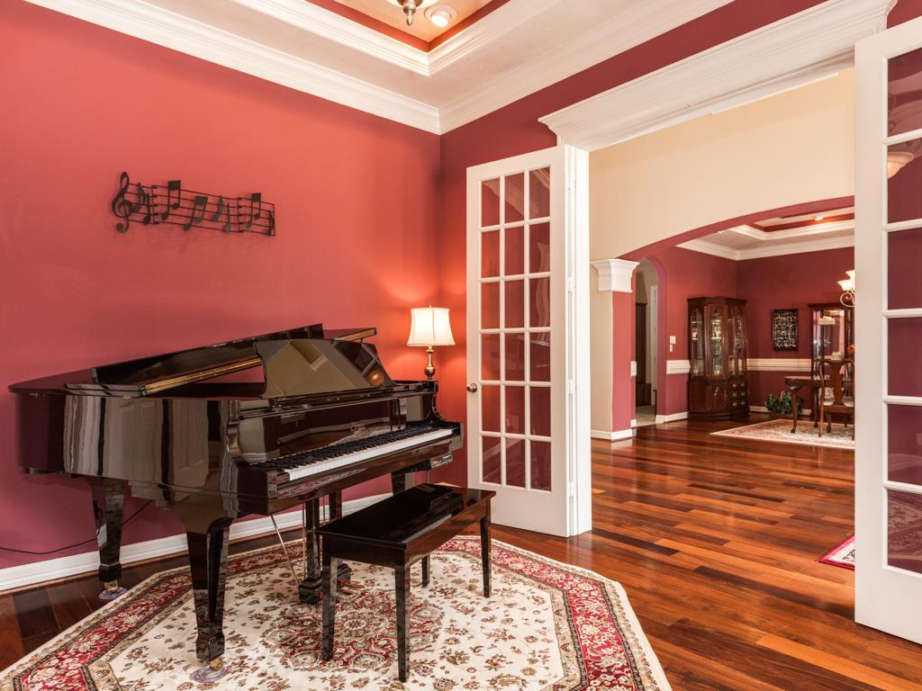 Рояль в музыкальной комнате в доме