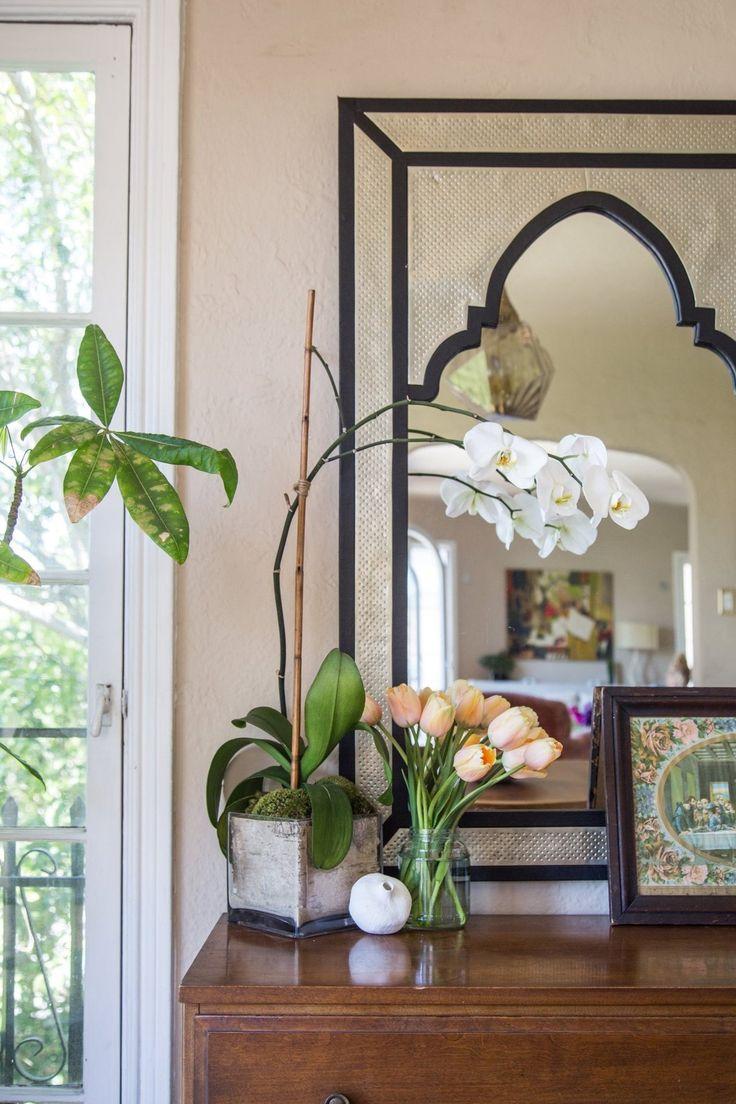 Орхидея Ванда на комоде