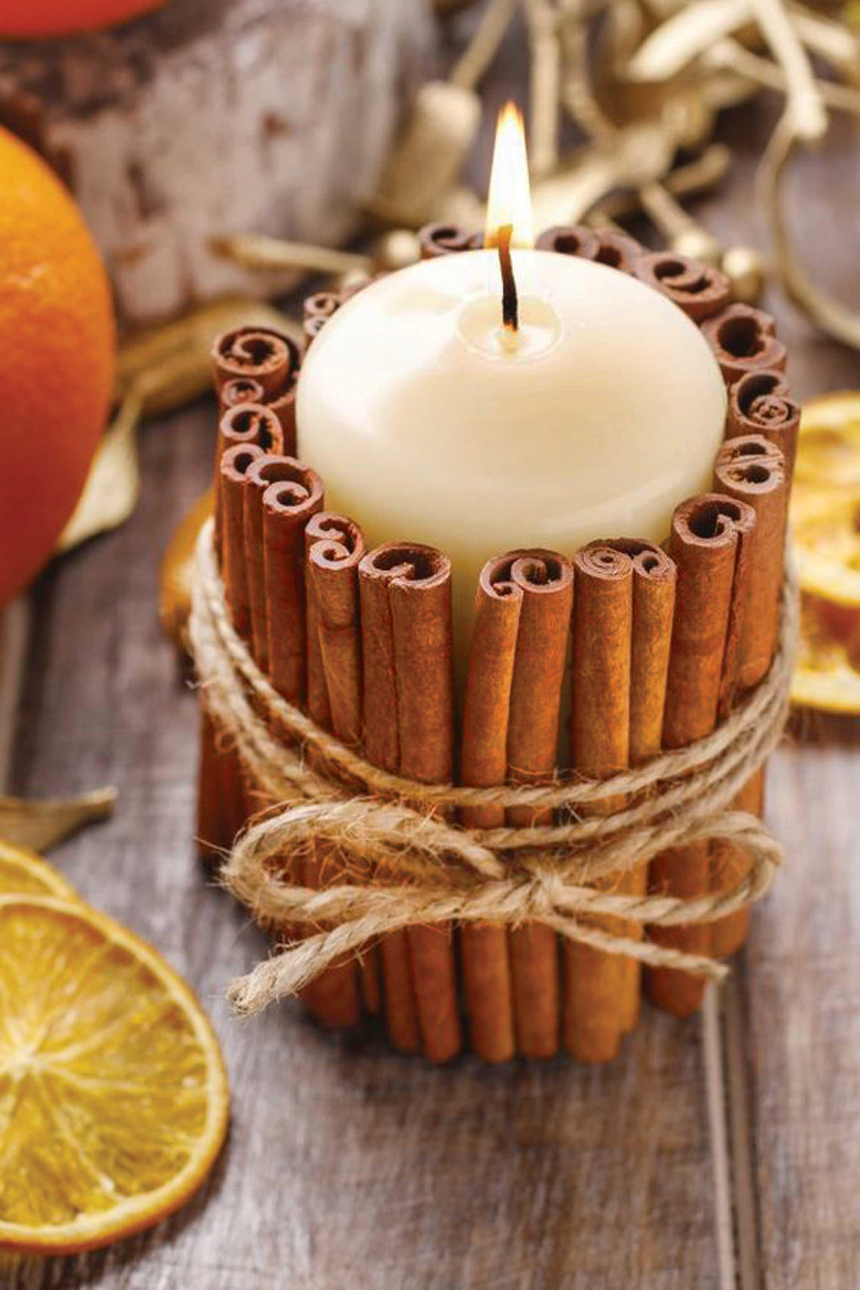 Декор свечи корицей