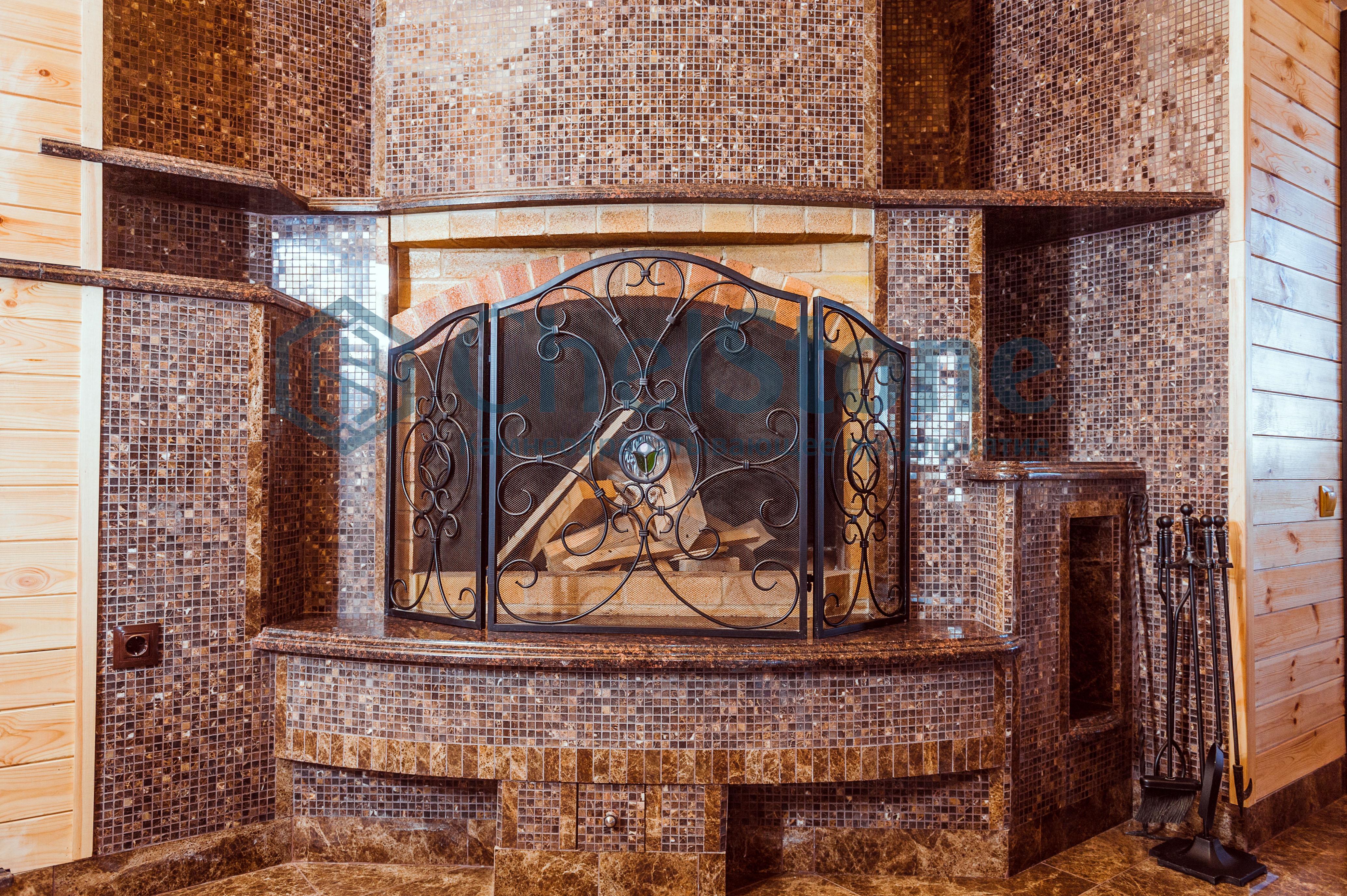 Облицовка камина коричневой мозаикой