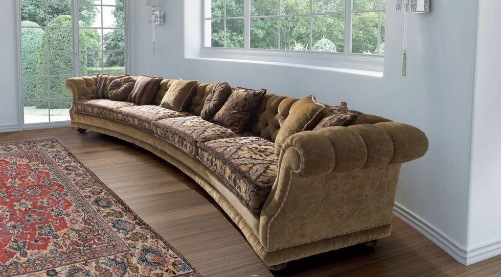 Коричневый диван в классическом стиле