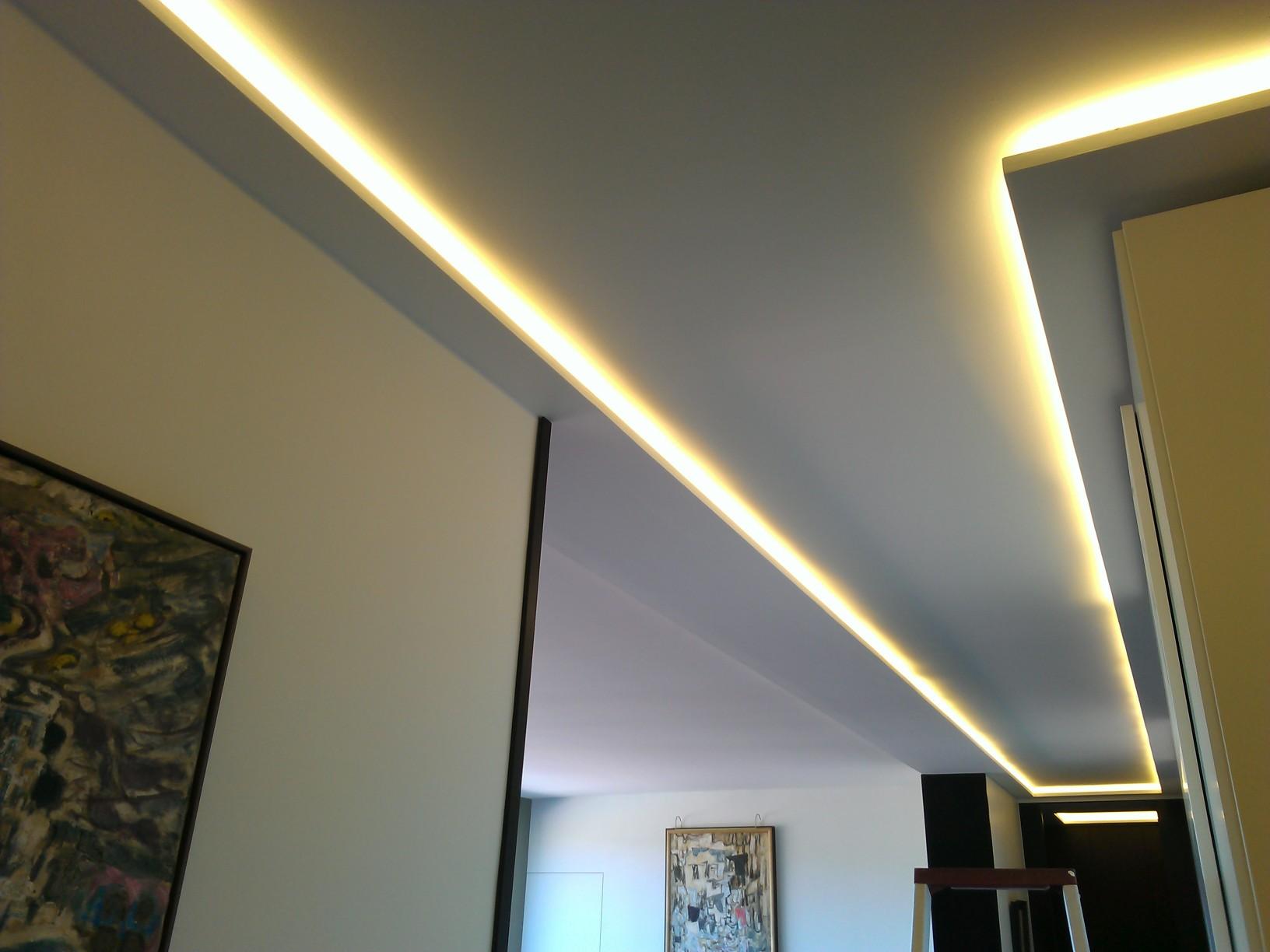 Потолок со светодиодной подсветкой в коридоре