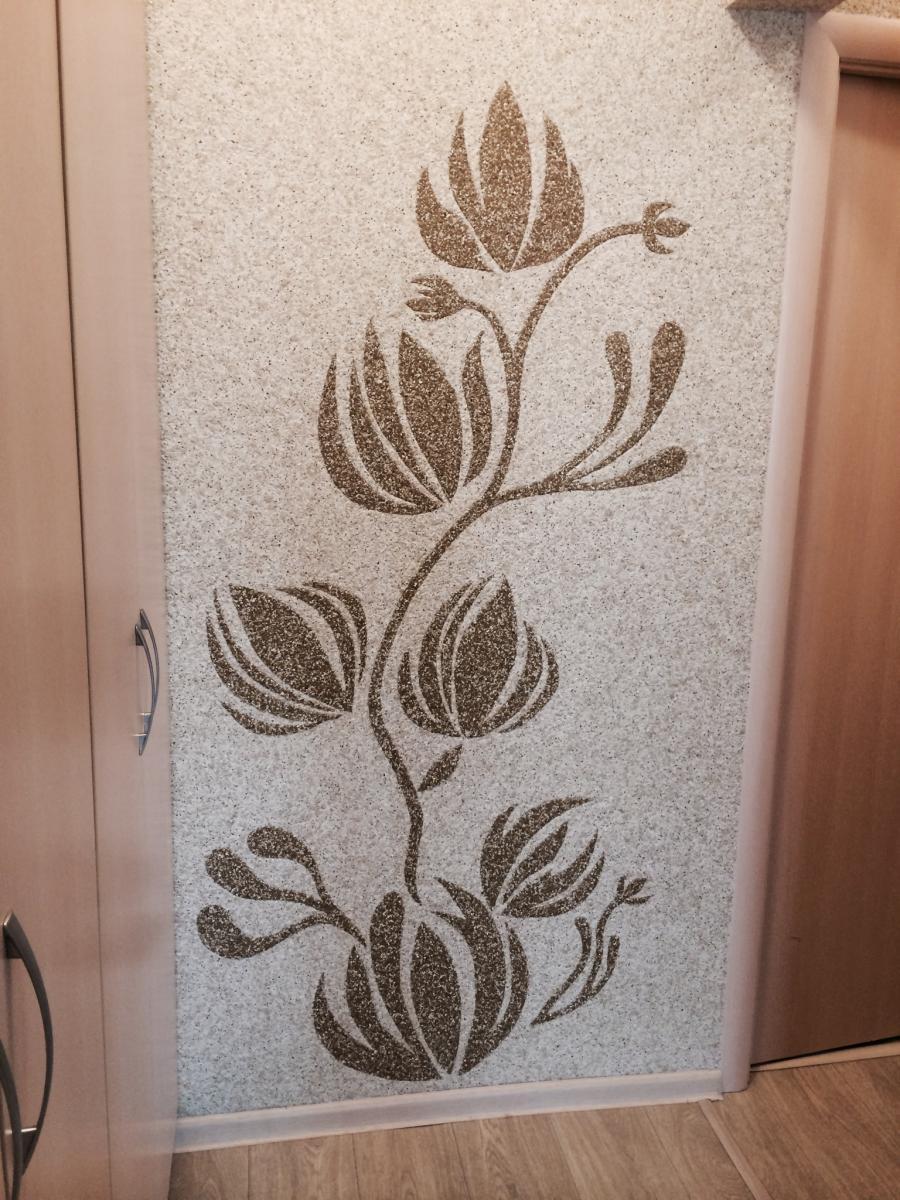 Рисунок жидкими обоями в коридоре
