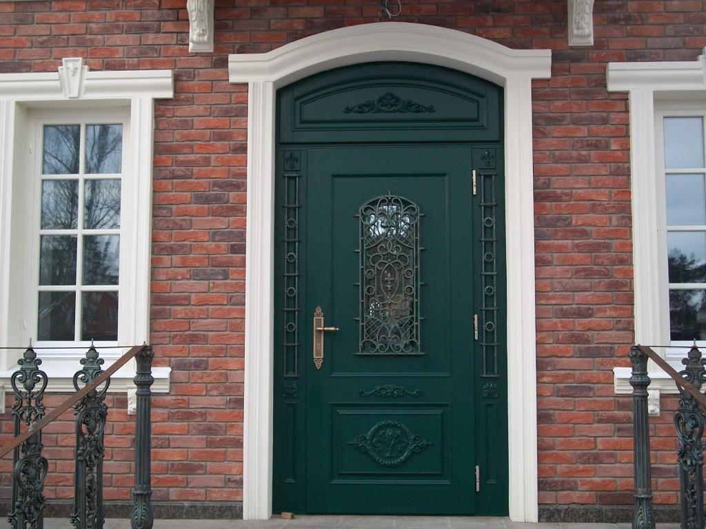 Входная дверь с кованым декором