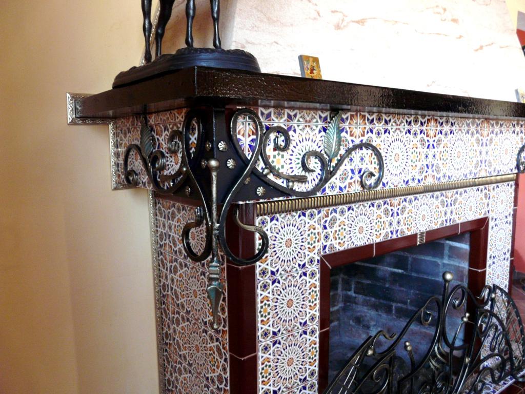 Украшение камина ковкой и плиткой