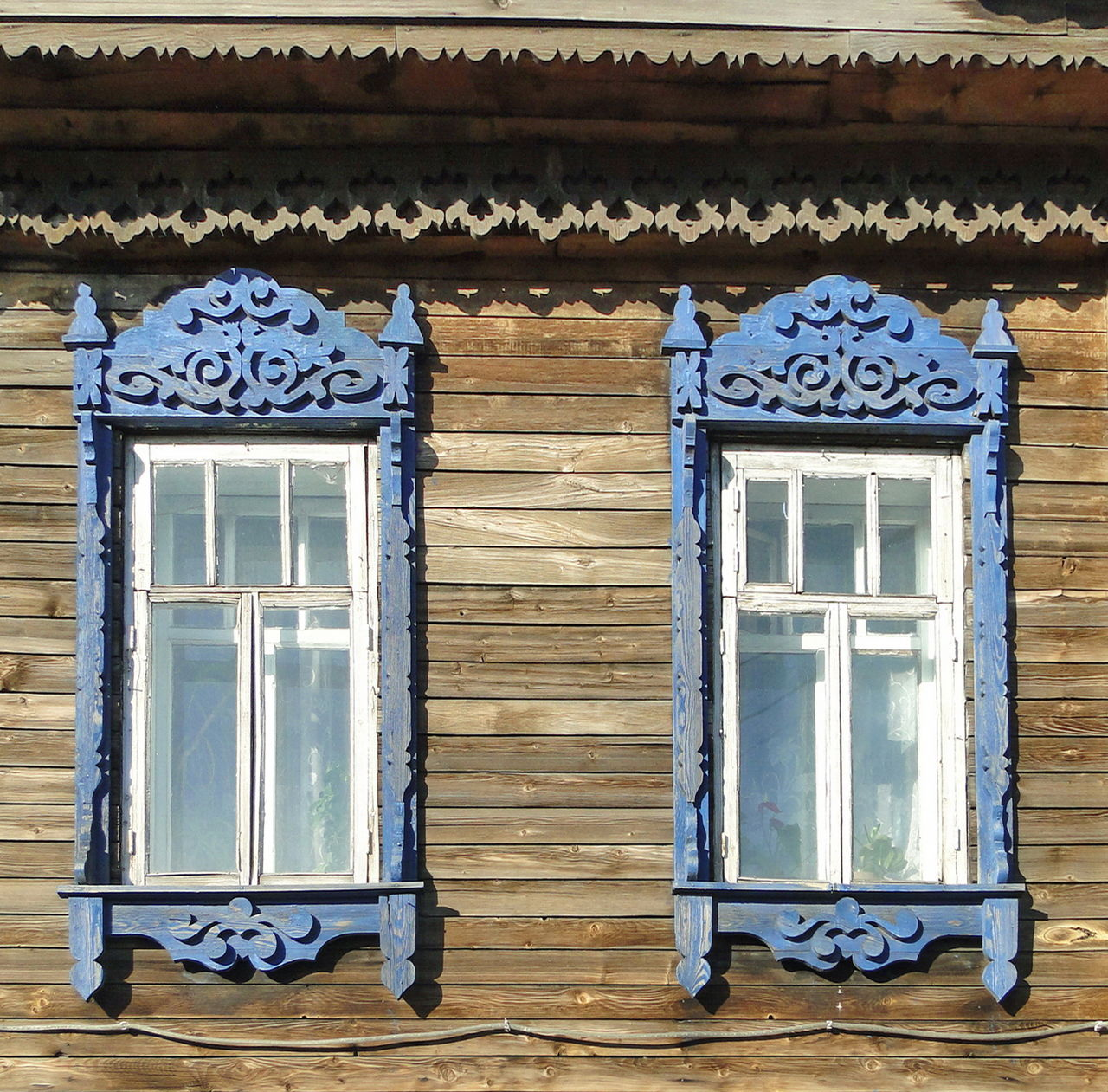 Крашеные резные окна