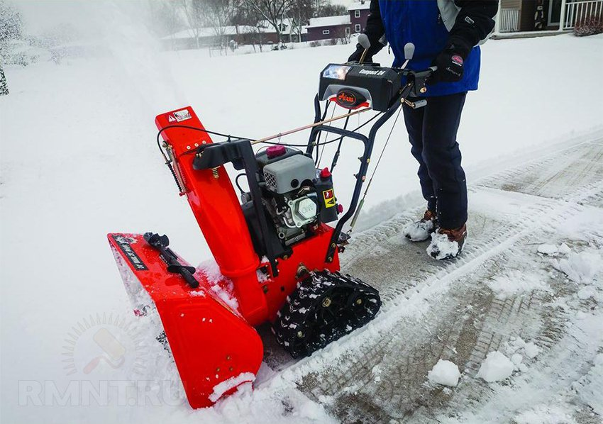 Снегоуборщик в красном дизайне