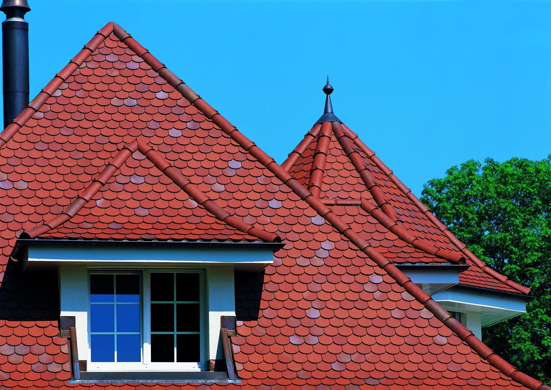 Фронтон дома из красной черепицы