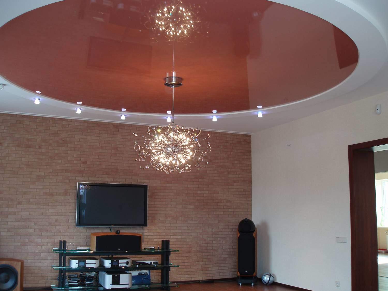 Красный комбинированный потолок в интерьере