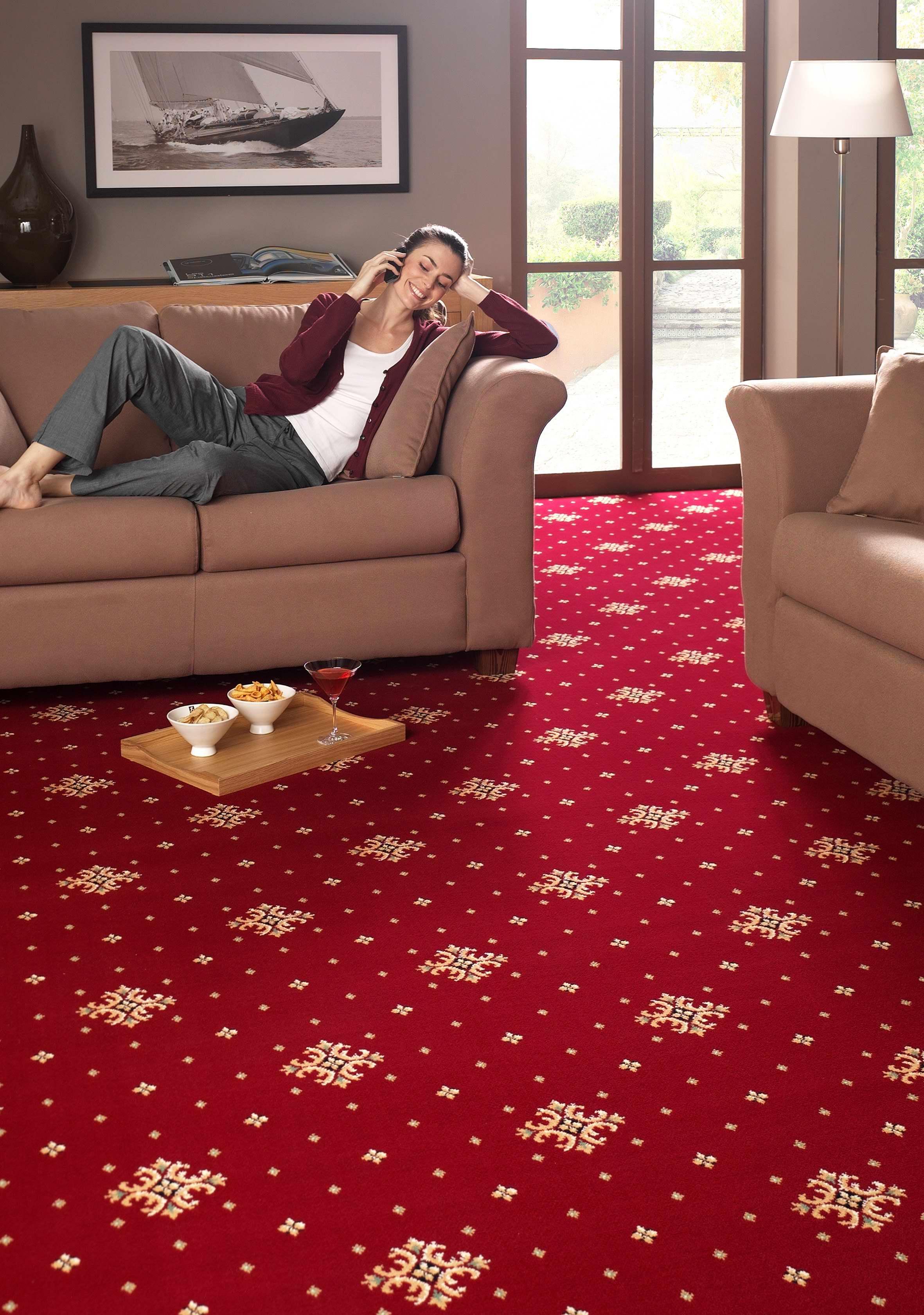 Красный ковролин в гостиной