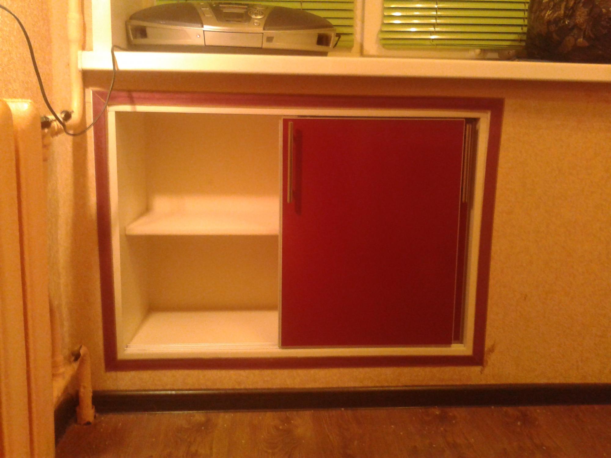 Хрущевский холодильник под окном красный