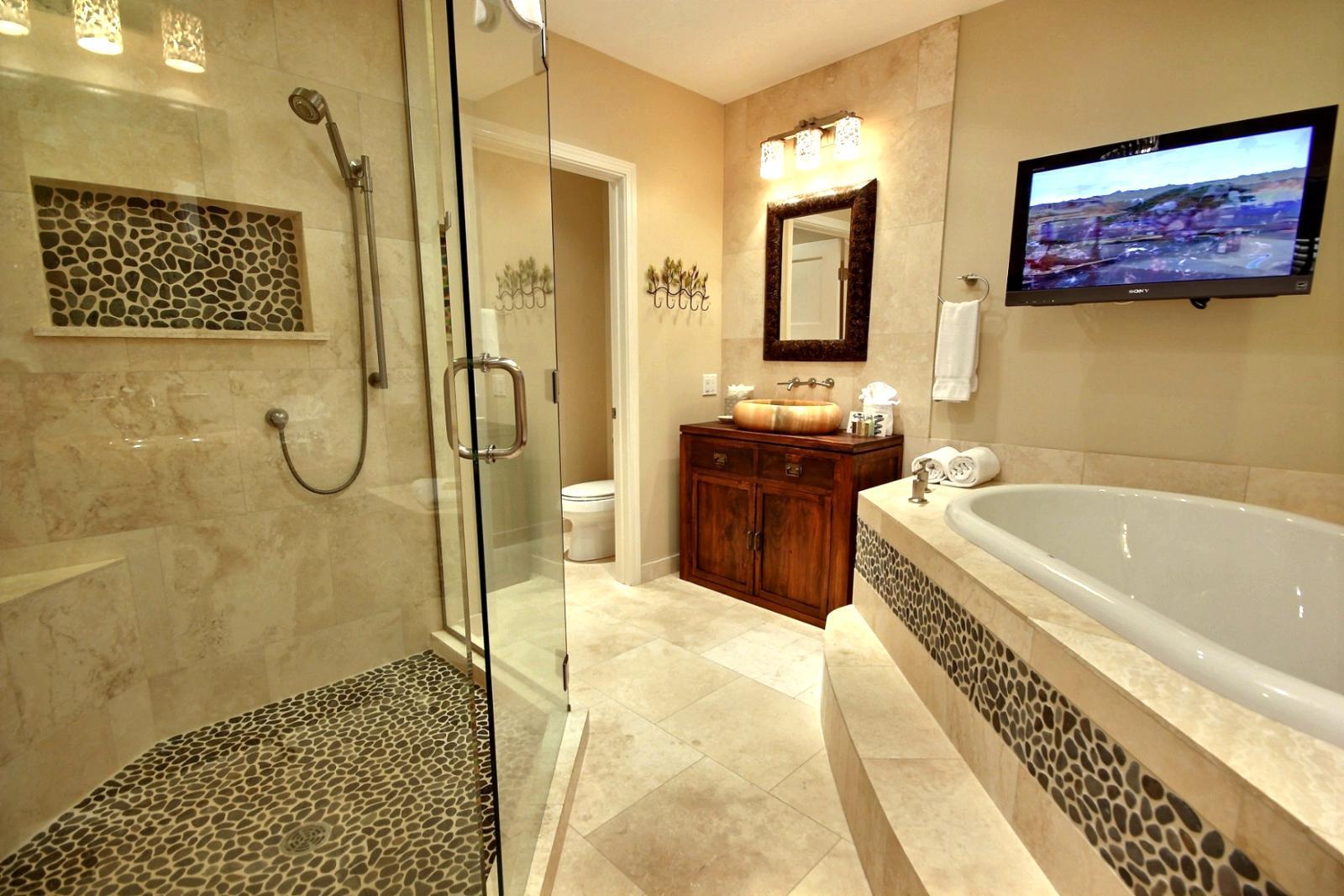 Телевизор на кронштейнах в ванной комнате