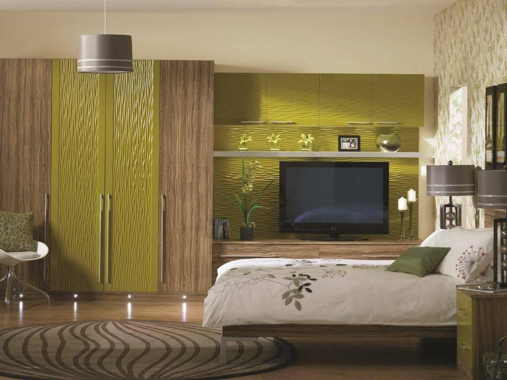 Оливковые обои над кроватью