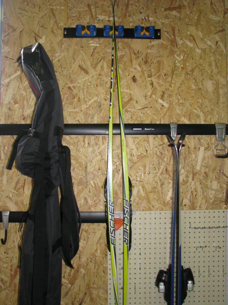 Крючки для хранения лыж