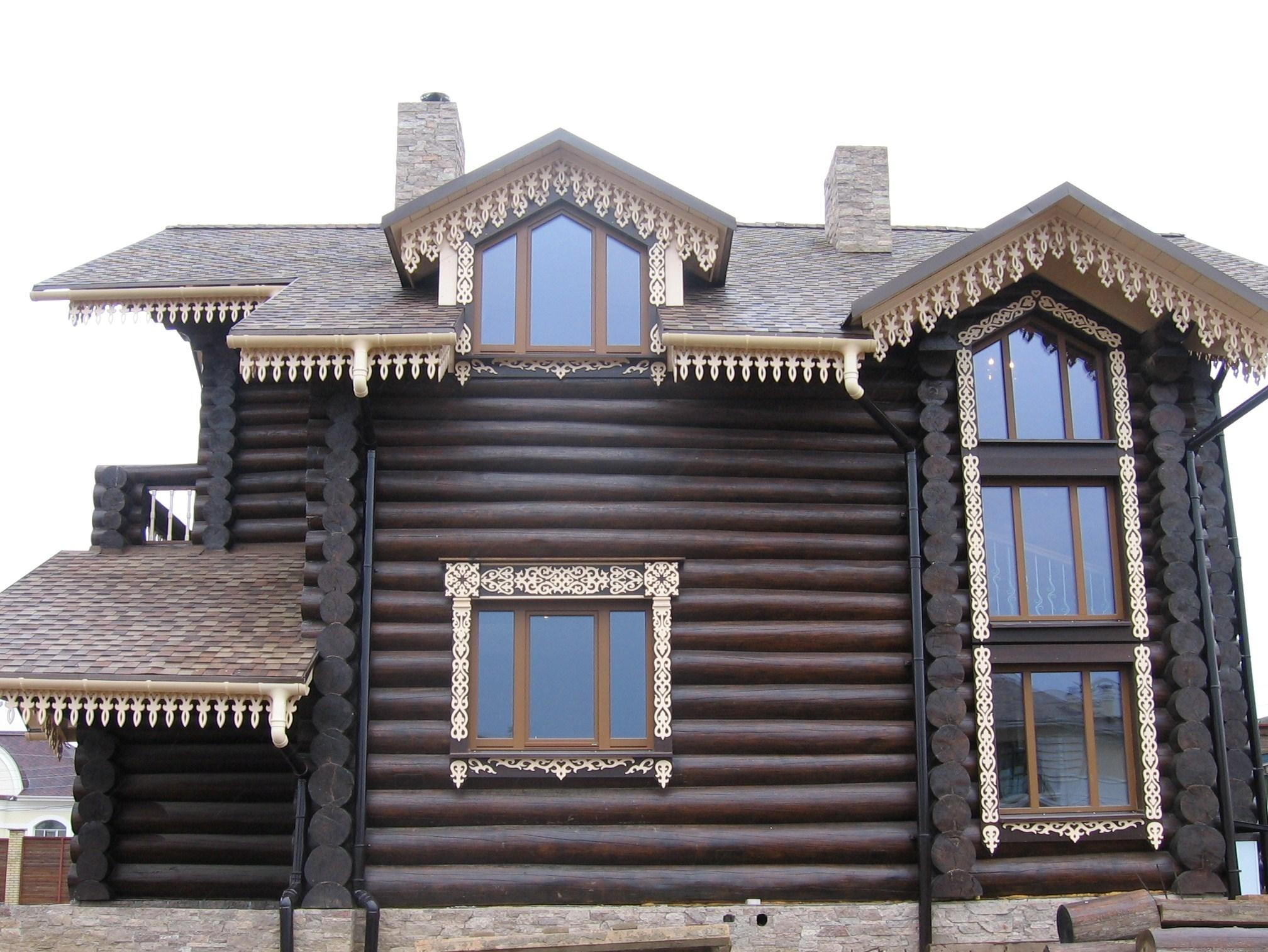 Деревянное кружево в украшении фасада дома