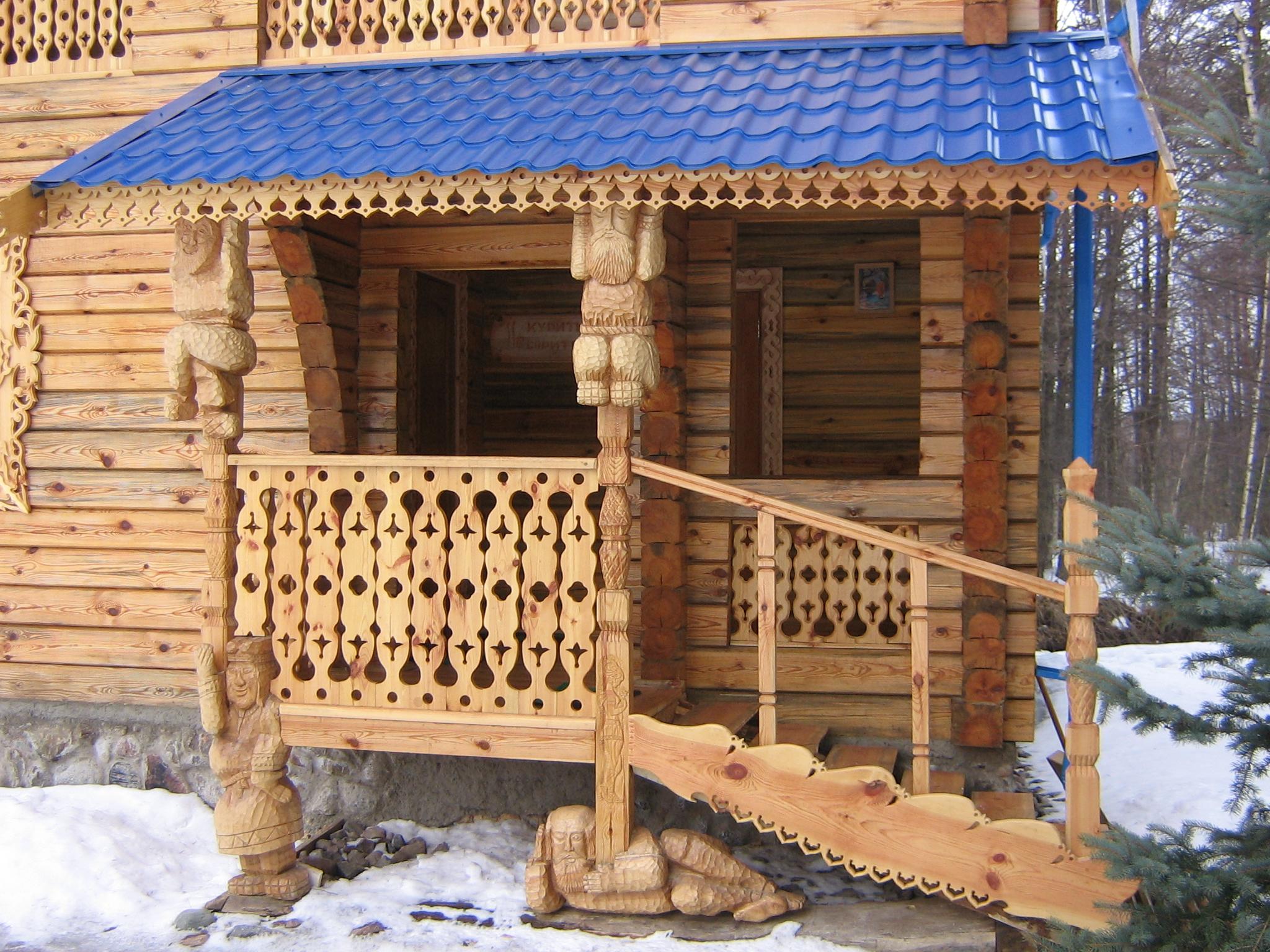Резное крыльцо деревянного дома