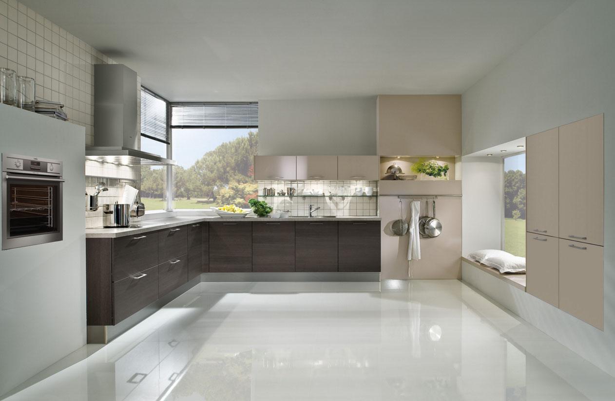 Глянцевый пол в интерьере кухни