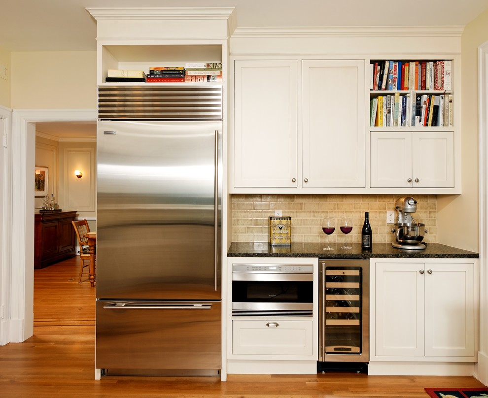 Шкаф для вина в интерьере кухни