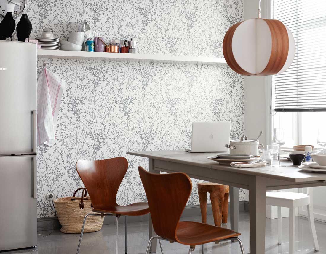 Белые обои с рисунком на кухне