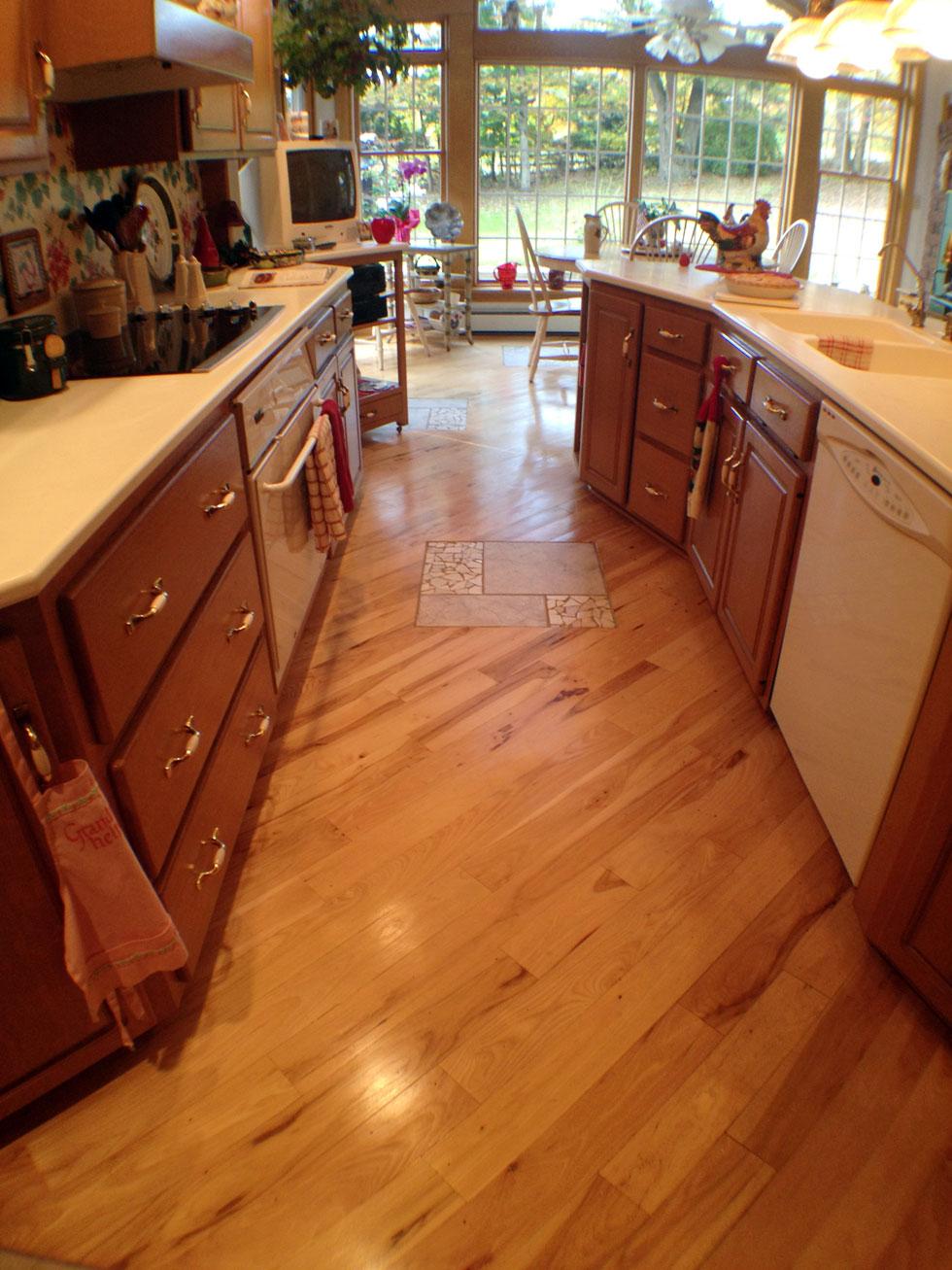 Диагональный ламинат на кухне